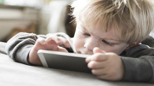 Comprendre et aider mon enfant différent avec les écrans aperçu